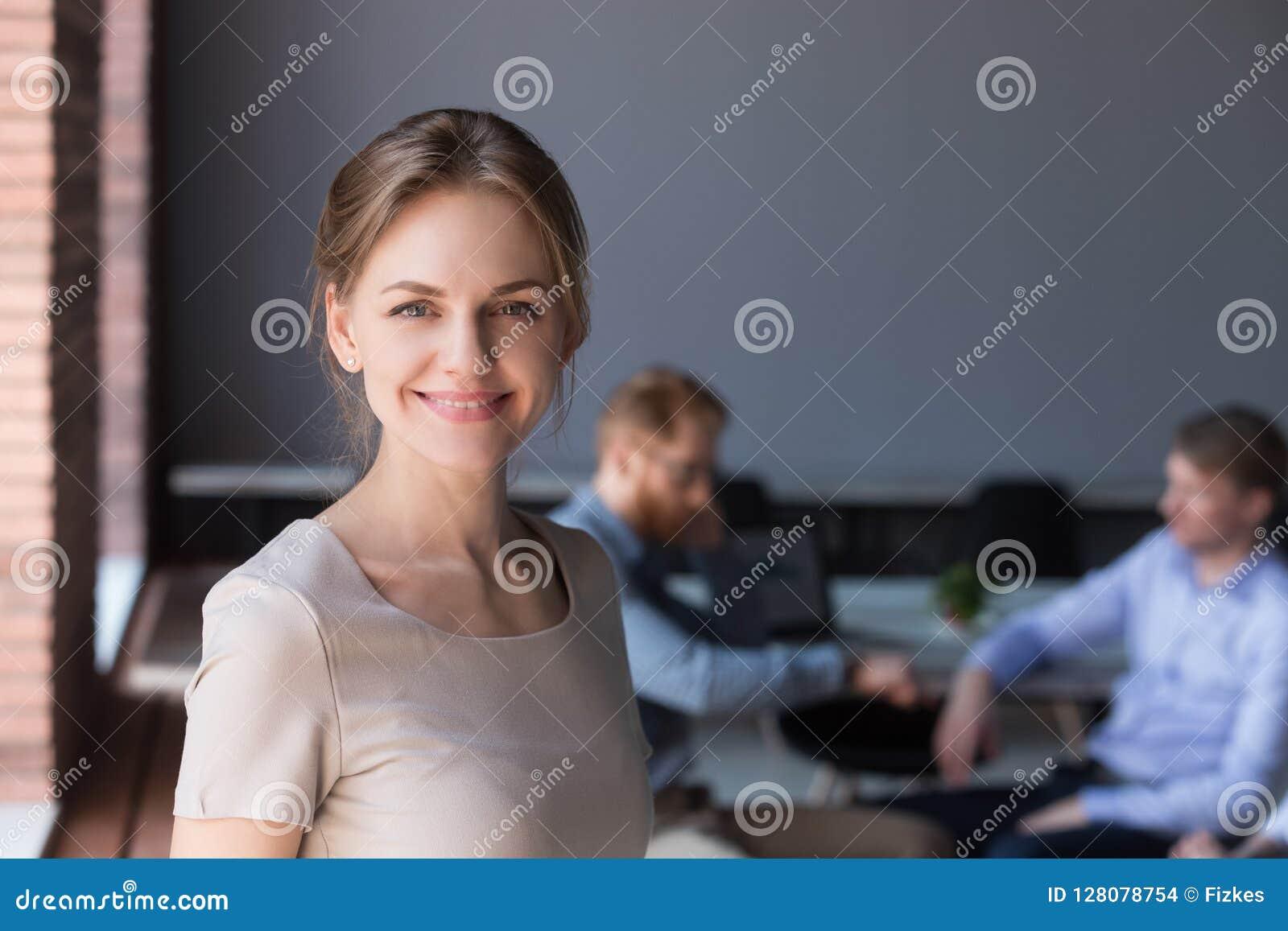 Портрет выстрела в голову счастливого успешного женского профессионала на