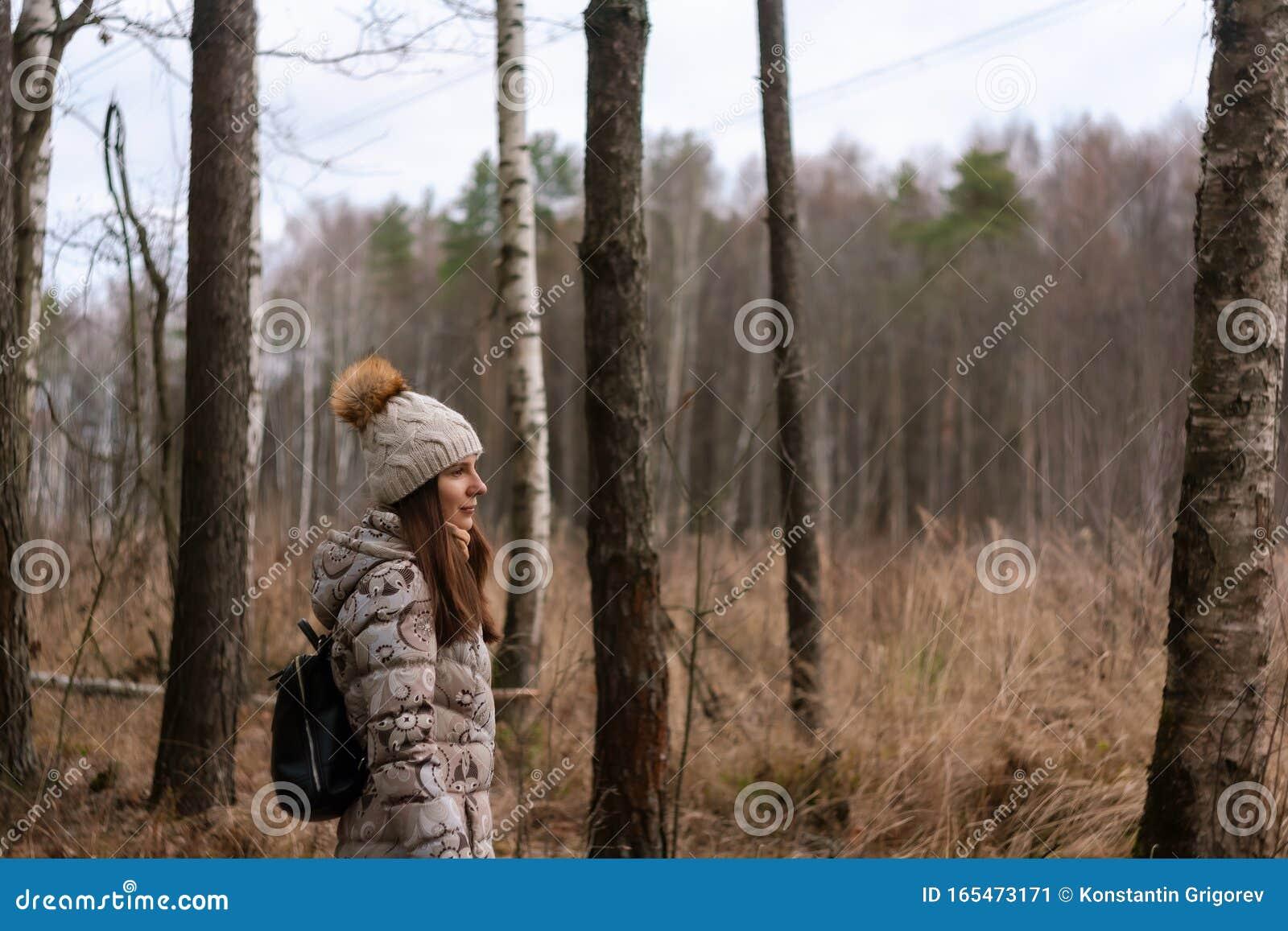 Знойная девушка среди деревьев