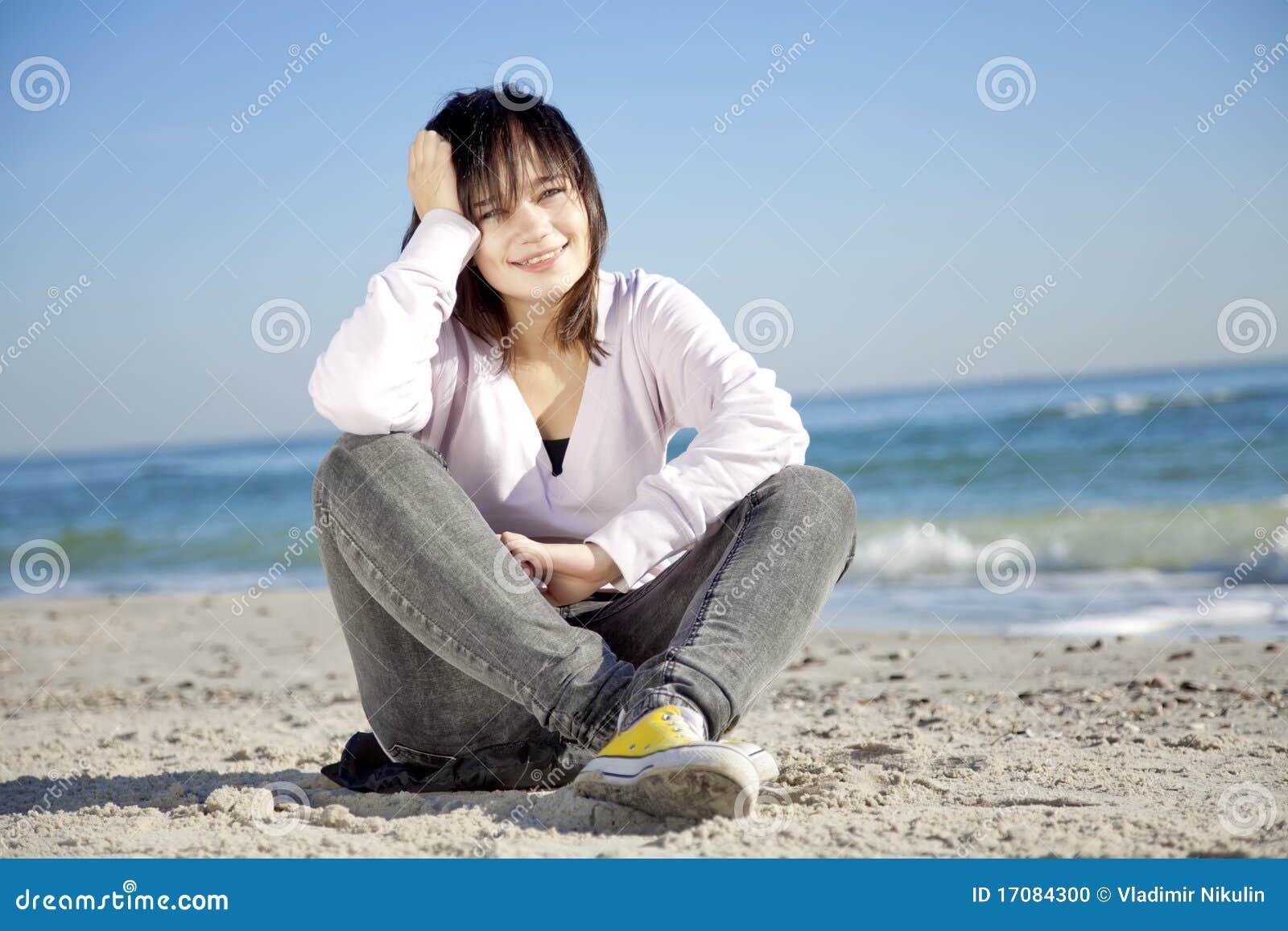 портрет девушки брюнет пляжа