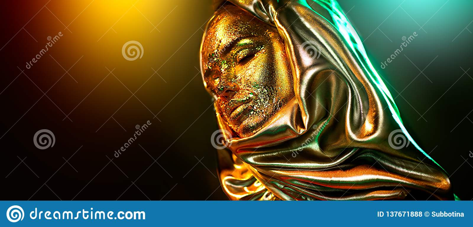 Портрет девушки красивого макияжа золота модельный Женщина красоты с макияжем фольги очарования золотым Традиционное аравийское м