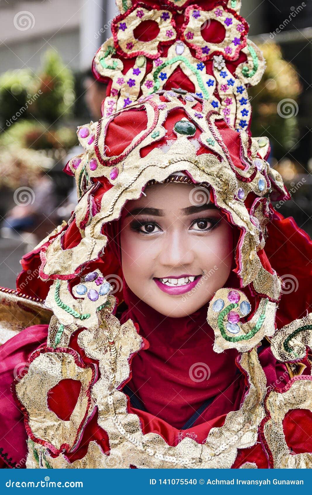 Портрет девушки с костюмом фантазии на западном фестивале народных искусств Ява