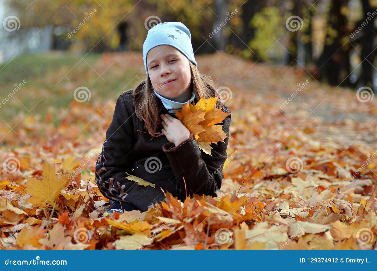 Портрет девушки yong в сезоне осени