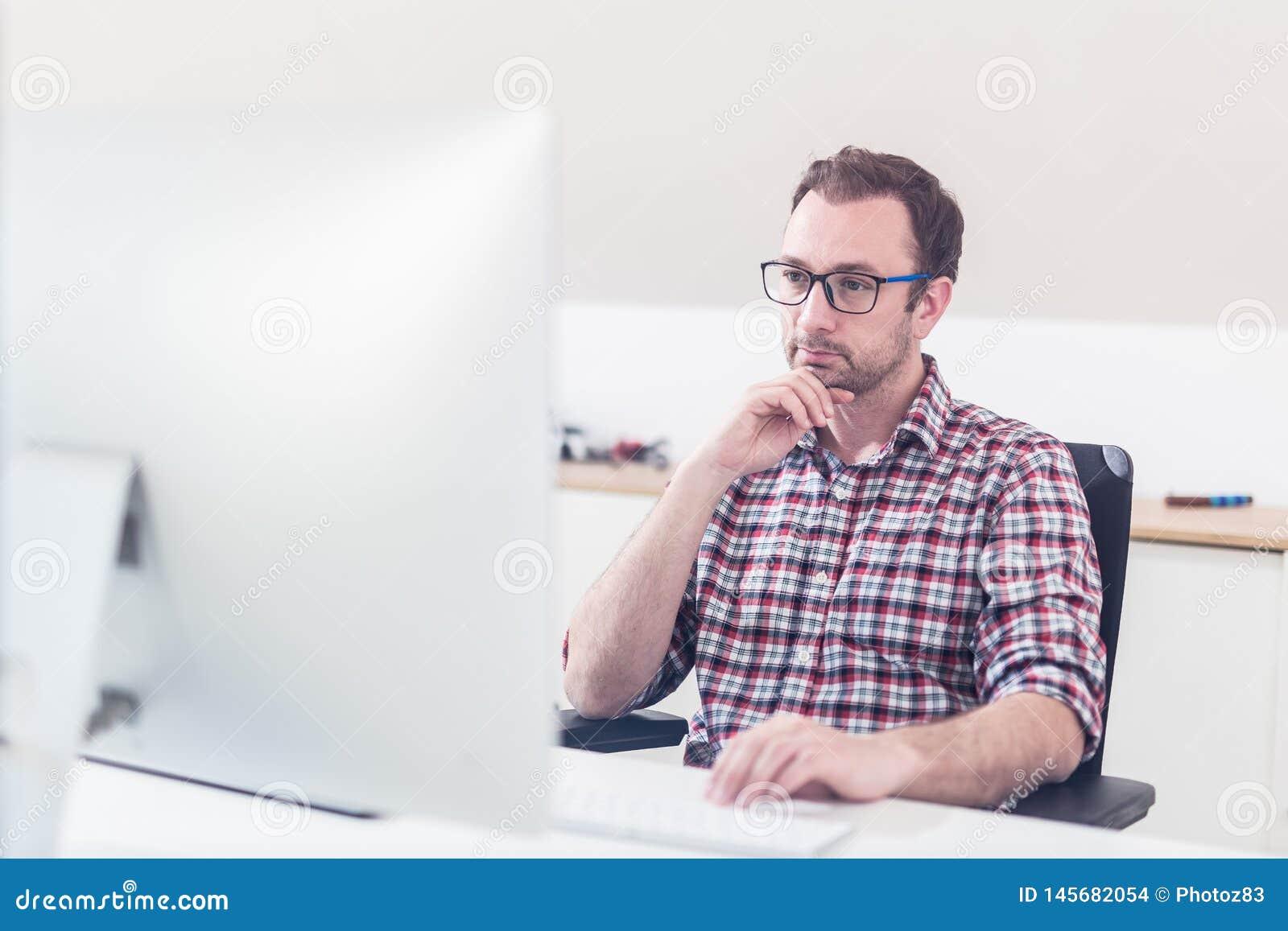 Портрет деятельности график-дизайнера хипстера творческой на его компьютере
