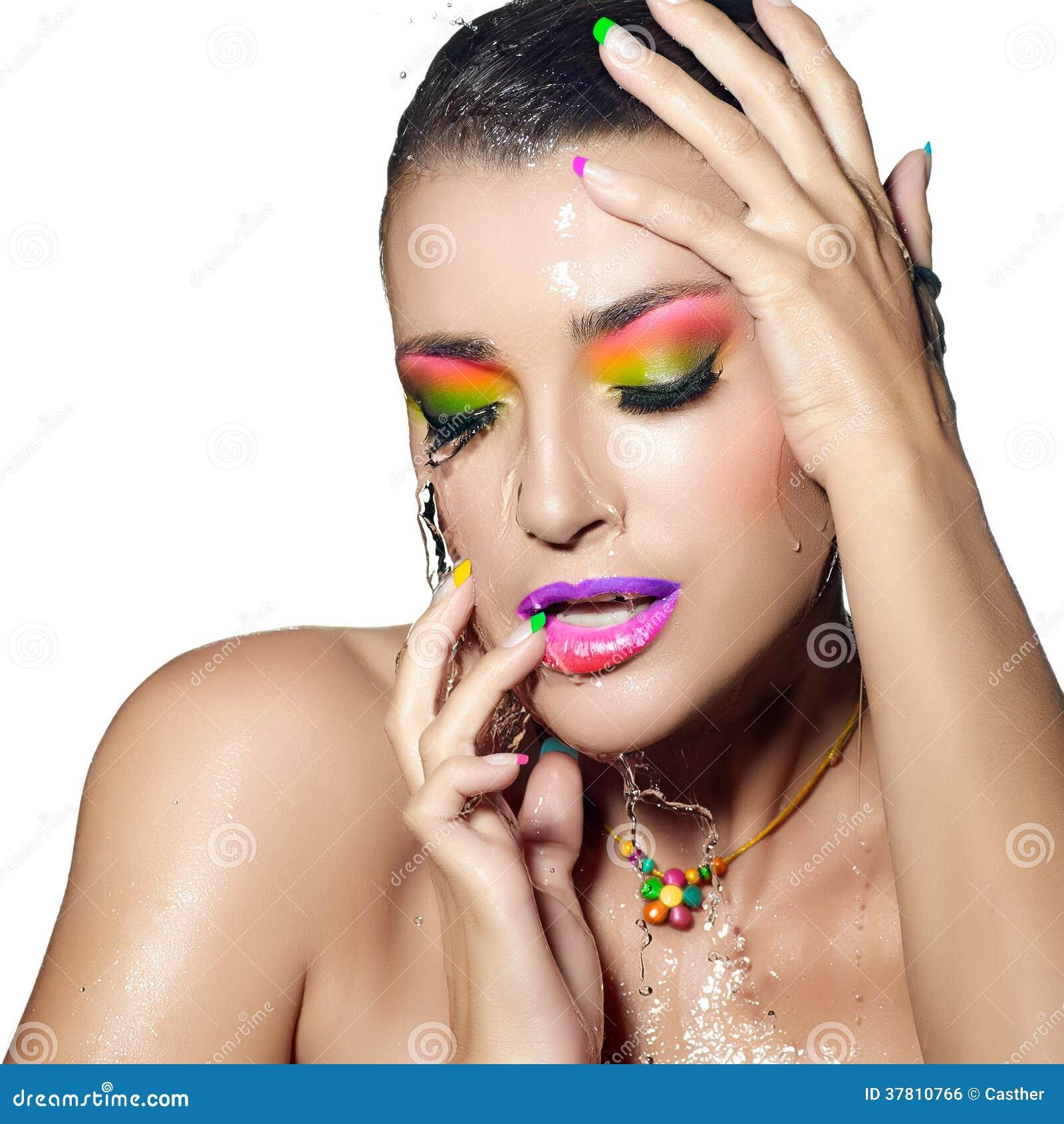 Портрет девушки моды. Красочный влажный состав. Красота и мода