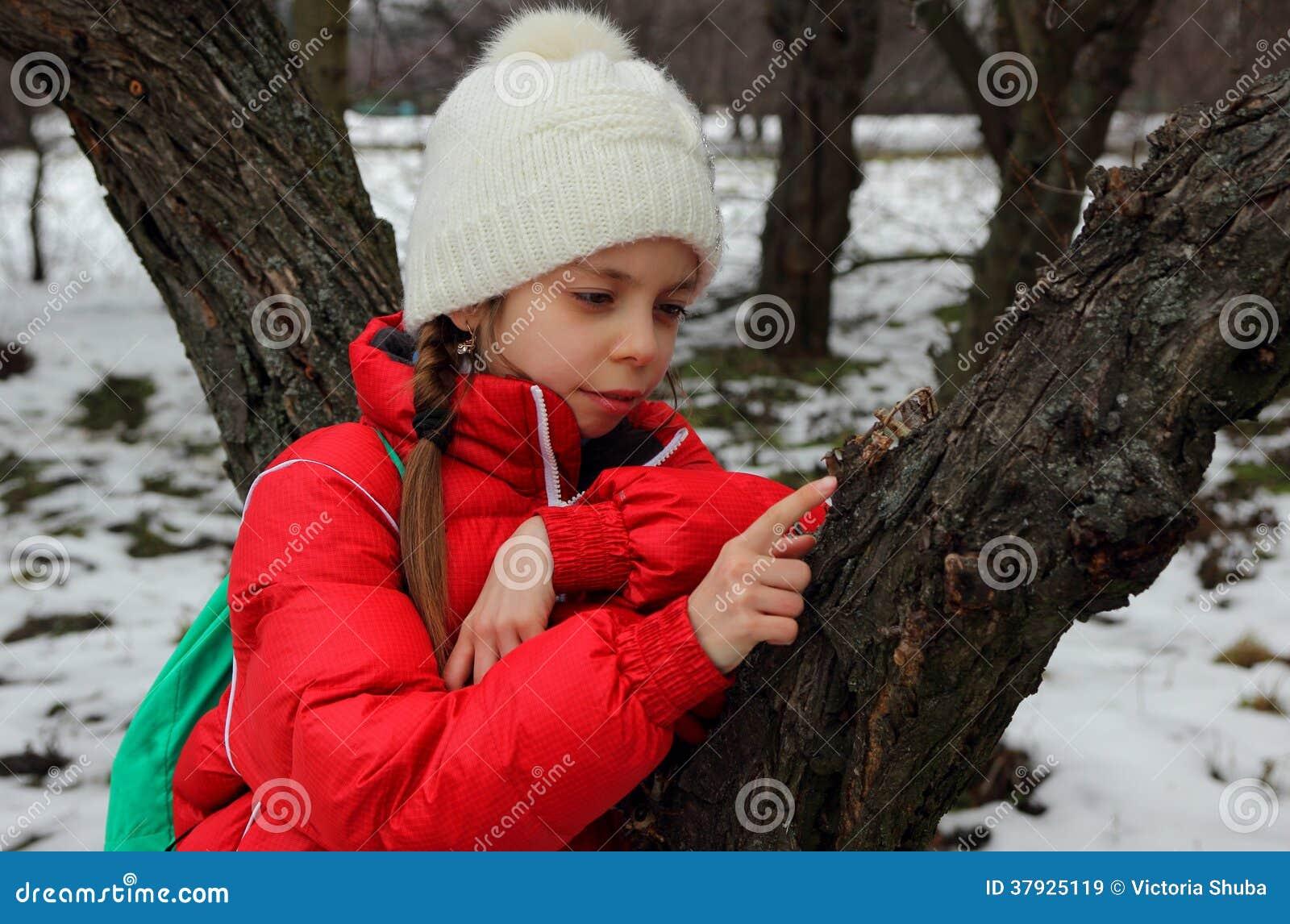 Портрет девушки около дерева