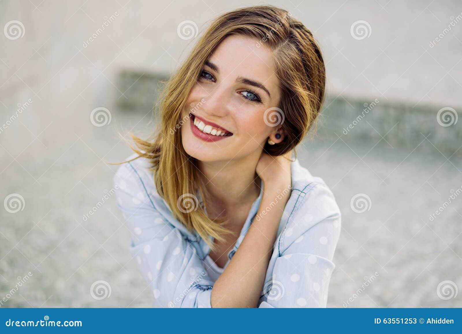 Проходит гинеколога, девушка с очаровательной улыбкой
