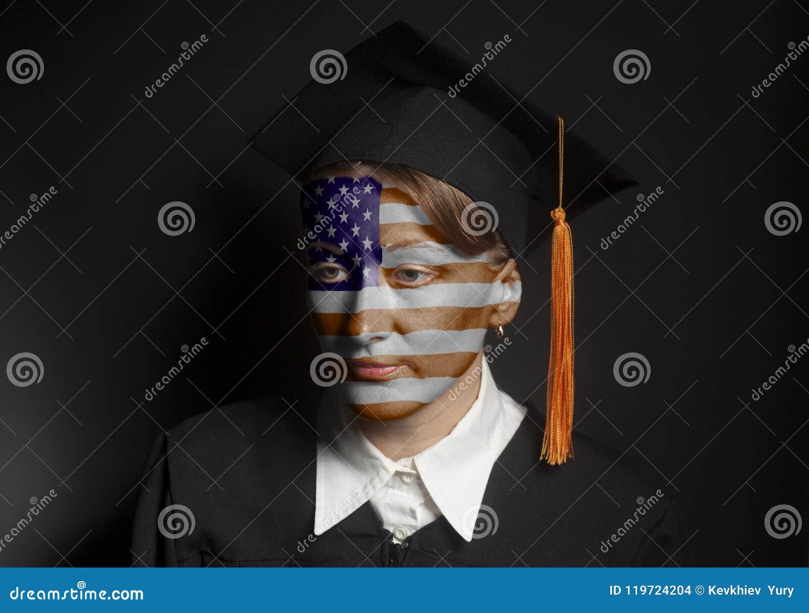 Портрет женского американского холостяка с покрашенным флагом США в черной крышке хламиды и градации