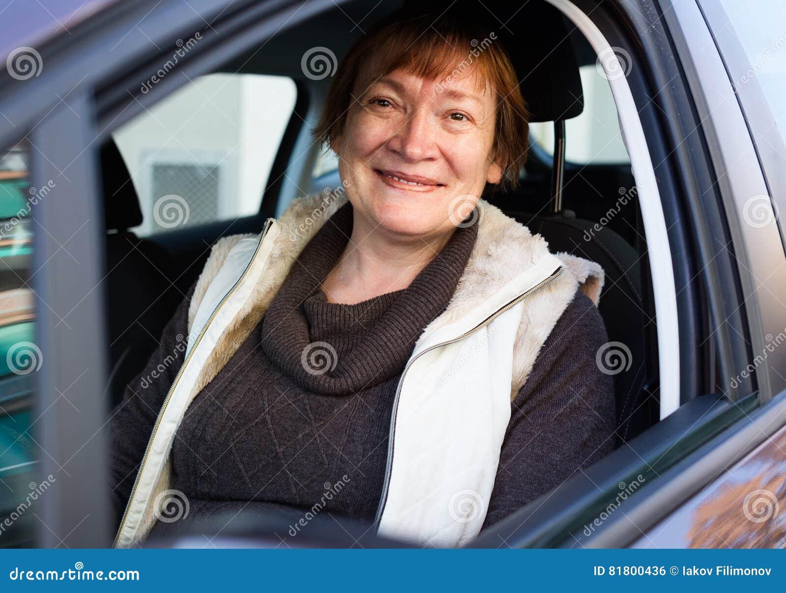 Портрет женского старшего водителя в автомобиле