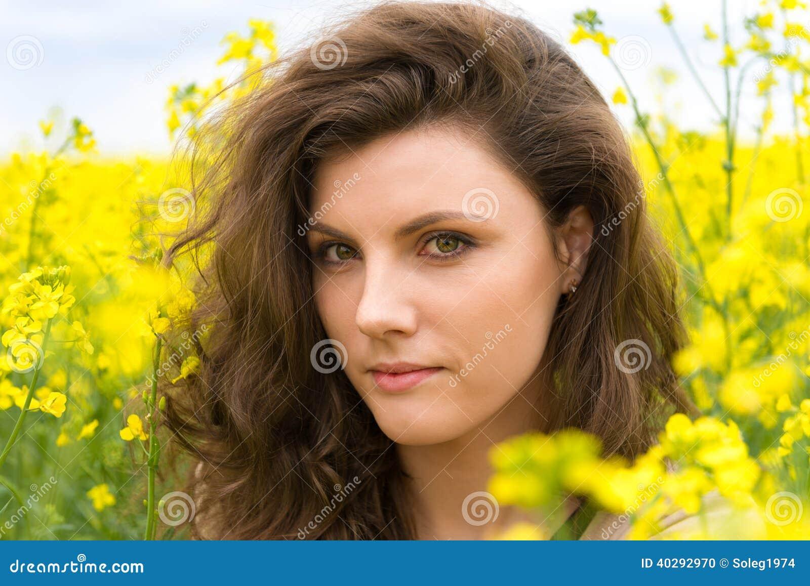 Портрет женщины в желтом поле цветка