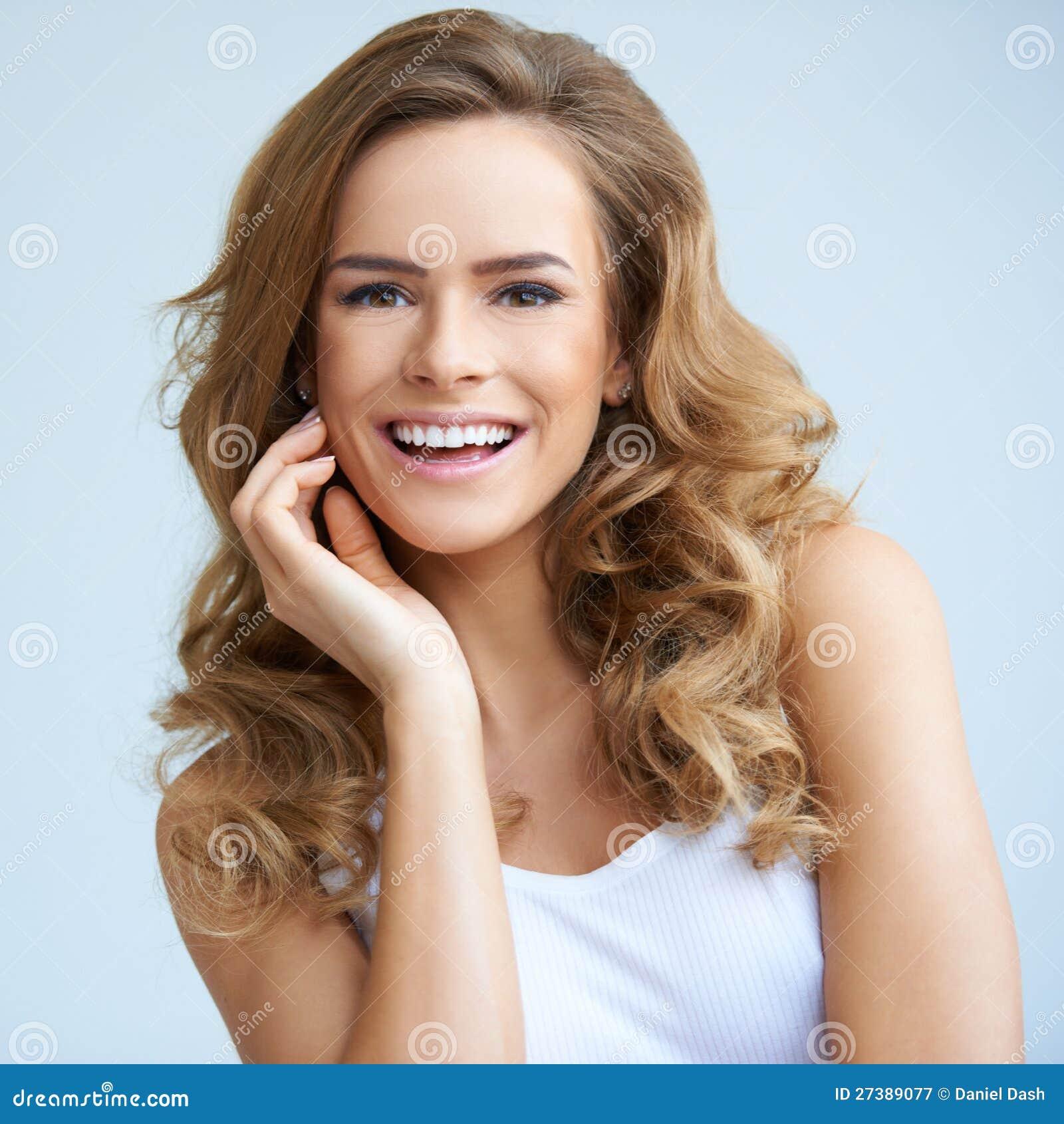 Портрет женщины детенышей ся красивейшей