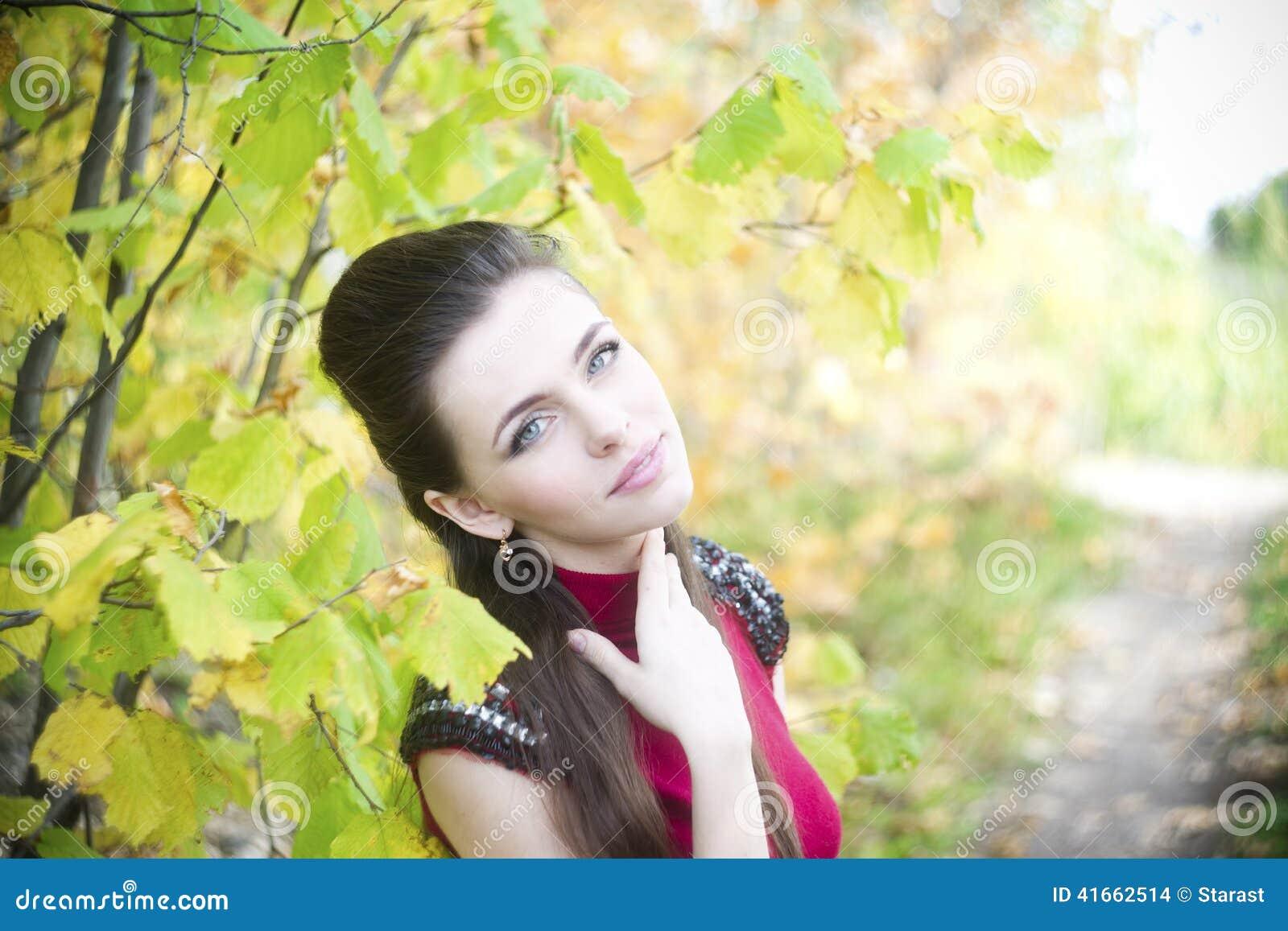 Портрет женщины красоты осени