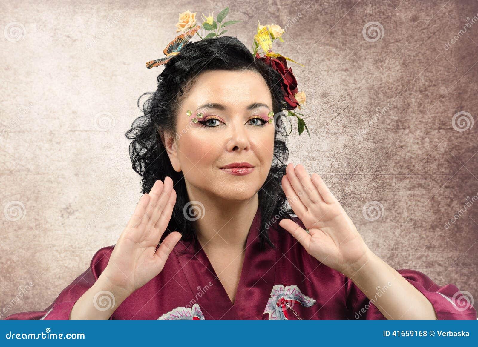 Портрет женщины курчавого кимоно белой