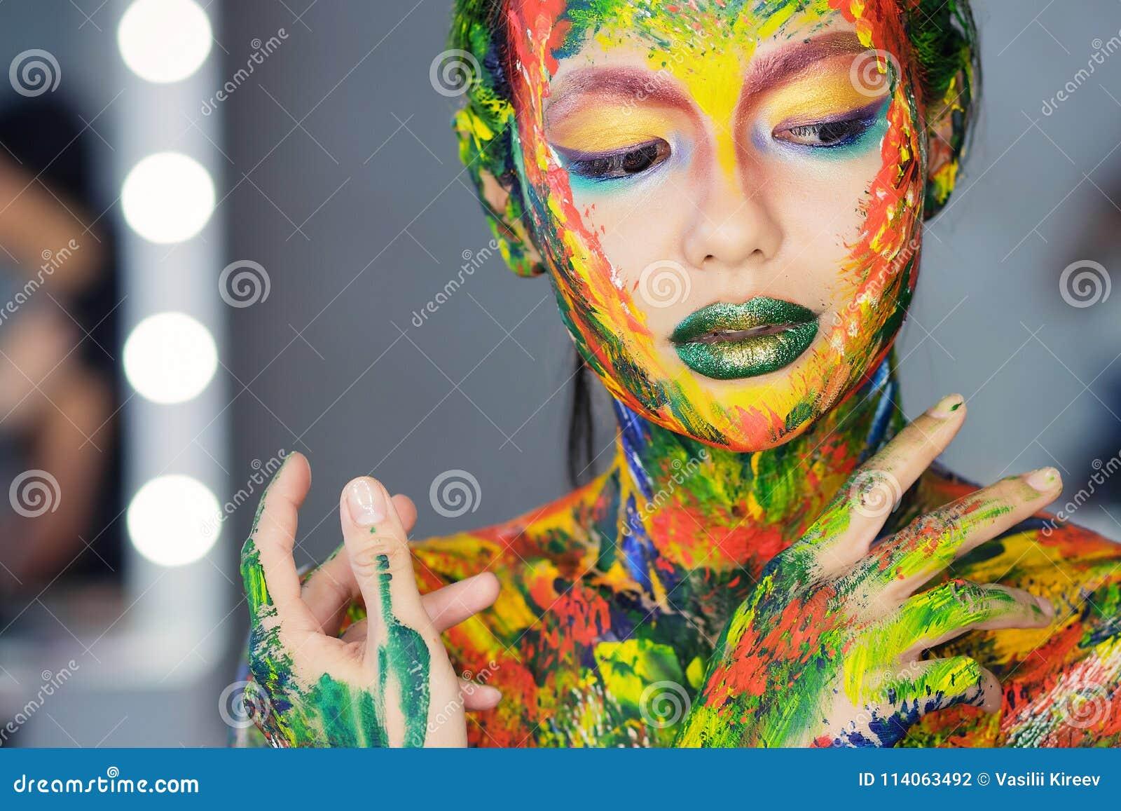 портрет женщины совершенно покрытой с толстой краской