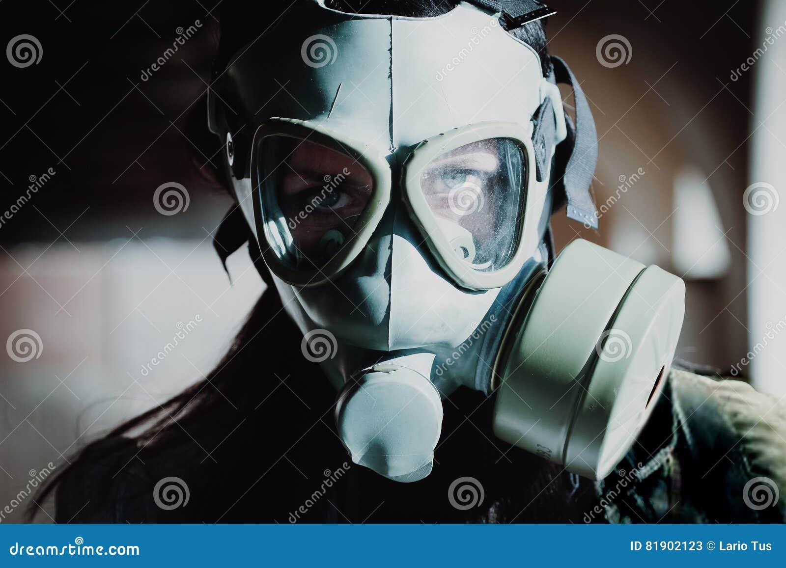 Портрет женщины с маской противогаза