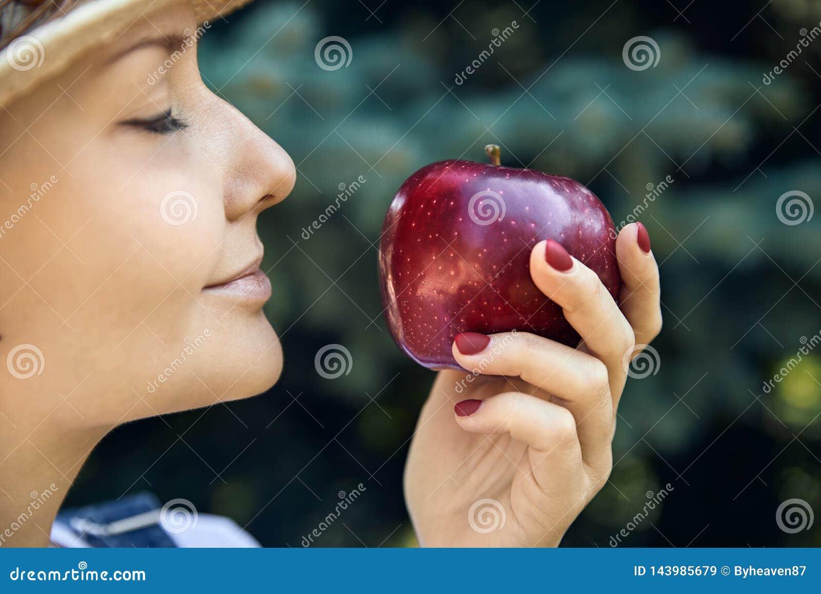 Портрет женщины с яблоком