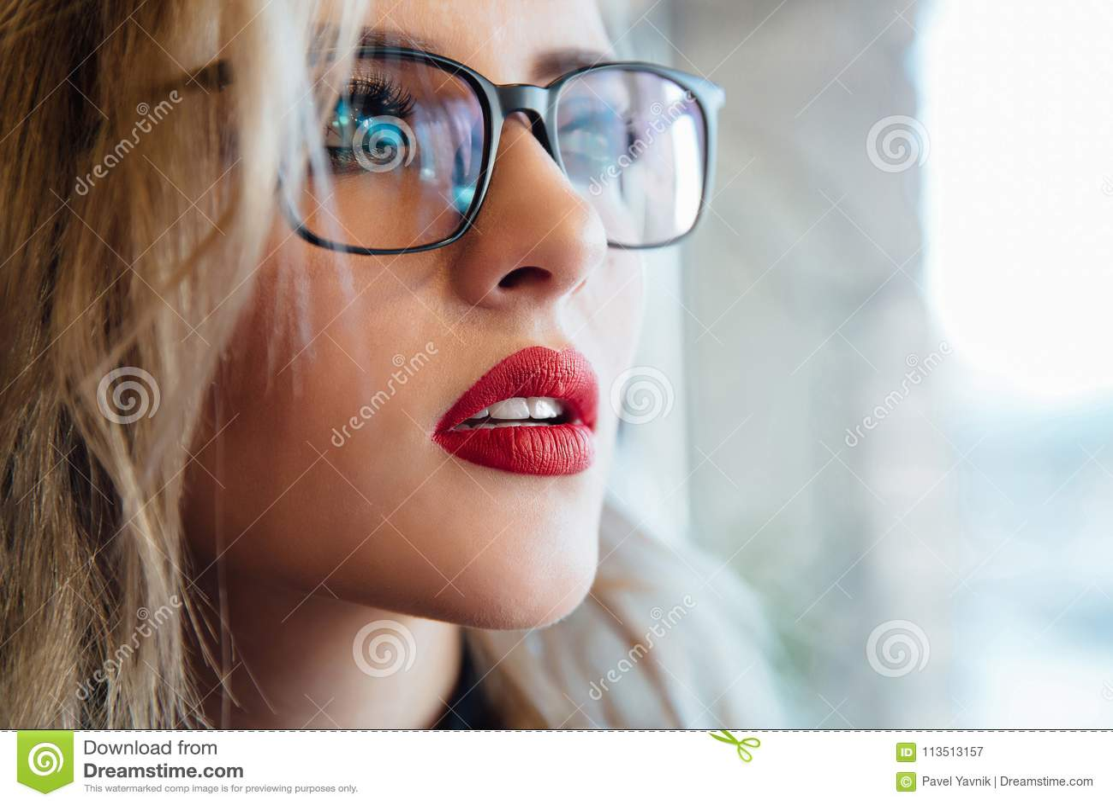 Портрет женщины eyewear стекел смотря прочь закройте женский портрет вверх