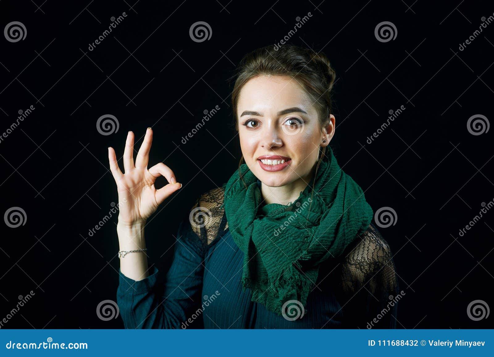 Портрет жизнерадостного колодца жеста показа молодой женщины