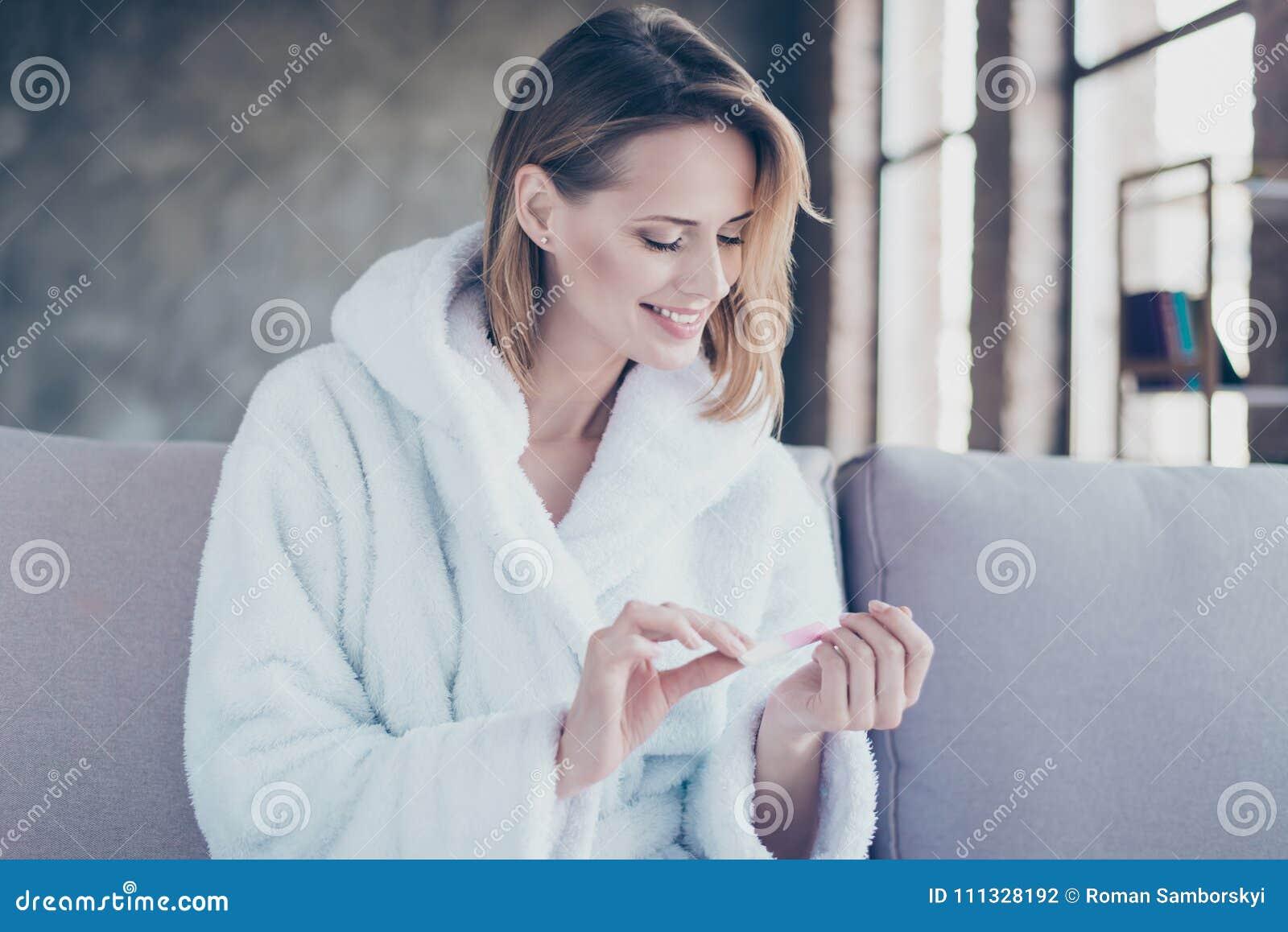 Портрет жизнерадостной счастливой усмехаясь женщины с короткими белокурыми волосами