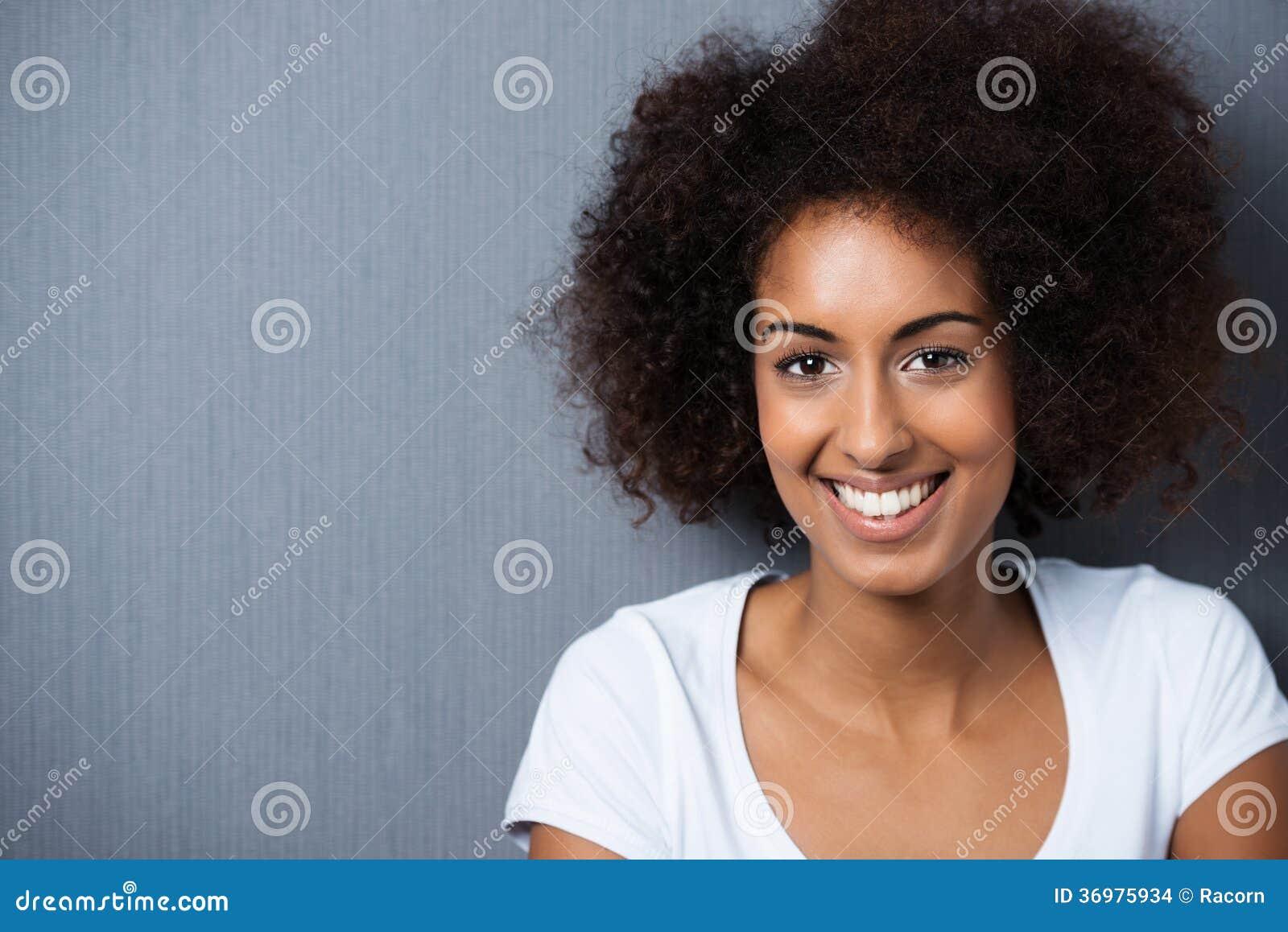 Портрет жизнерадостной Афро-американской женщины