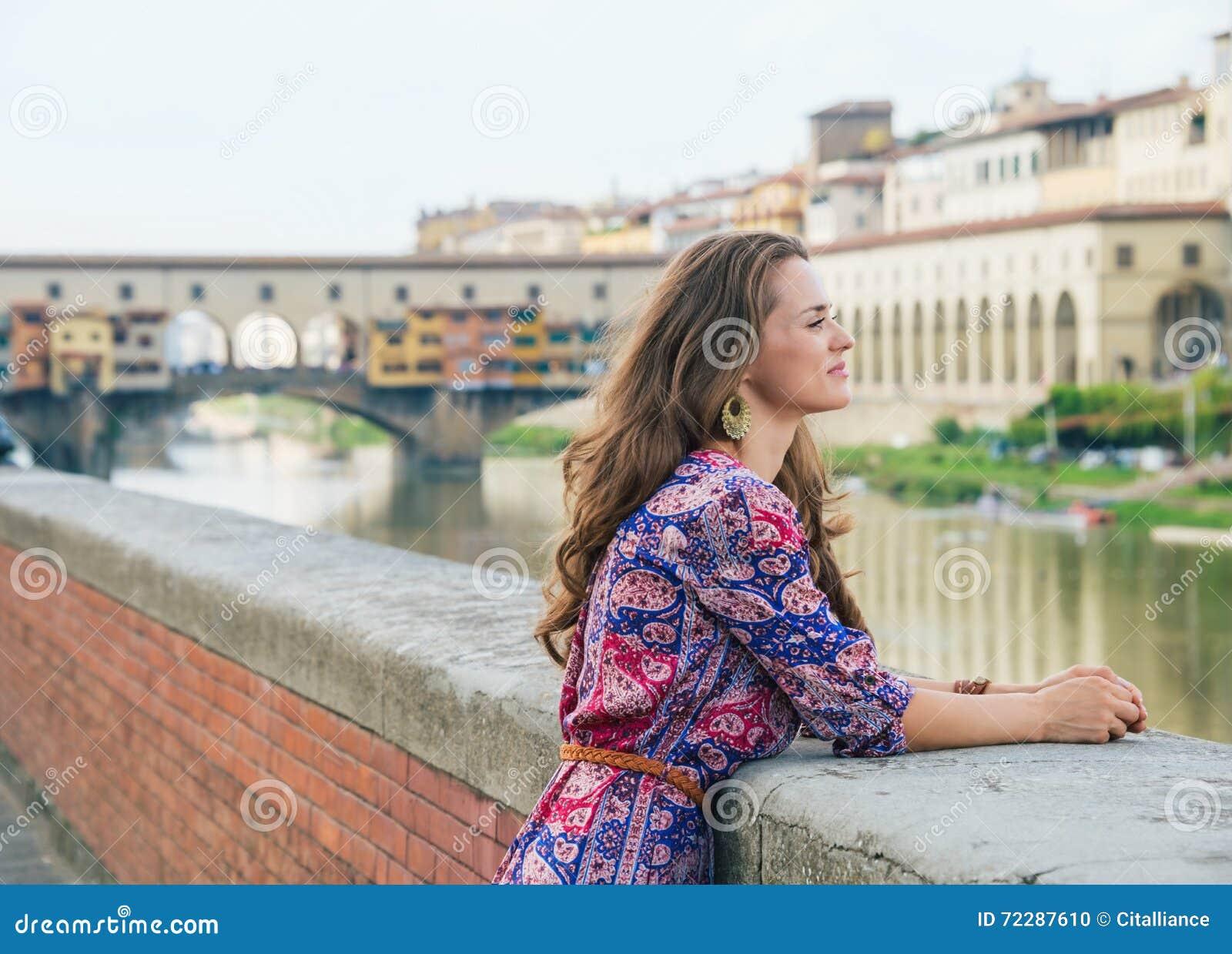 Download Портрет задумчивой женщины на обваловке около Ponte Vecchio Стоковое Фото - изображение насчитывающей европейско, outdoors: 72287610