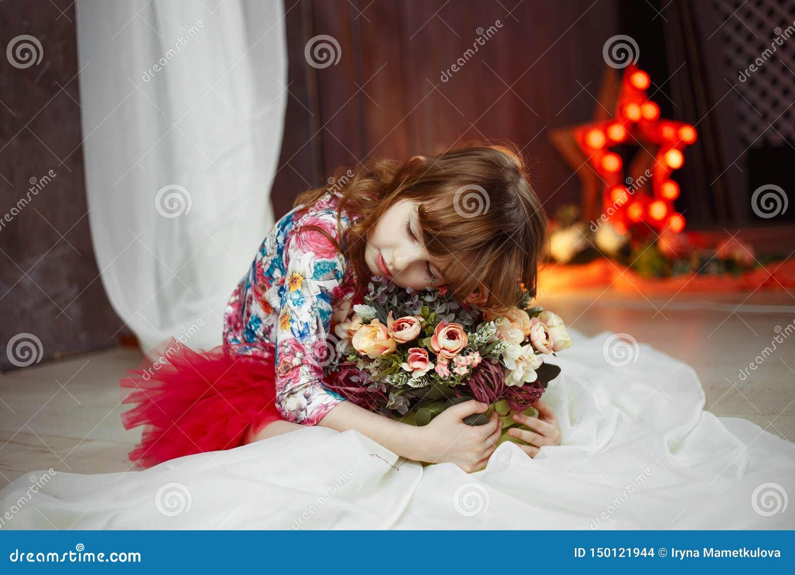 Портрет звезды актрисы маленькой девочки с soffits на предпосылке