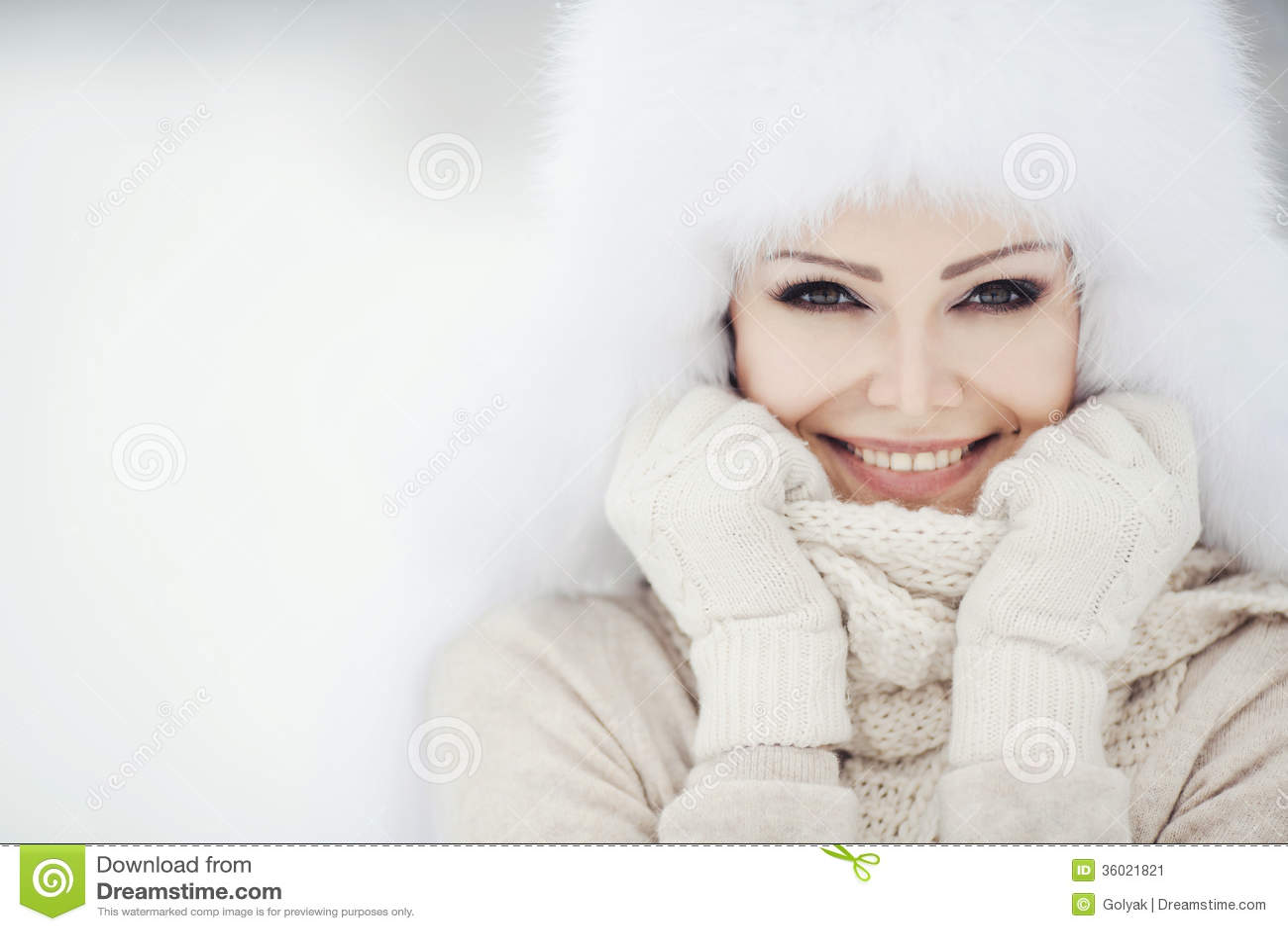 Портрет зимы красивой усмехаясь женщины с снежинками в белых мехах