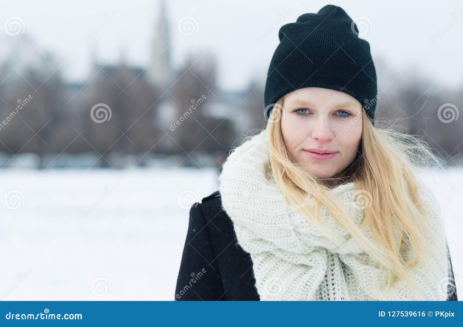 Портрет зимы молодой красивой белокурой женщины outdoors