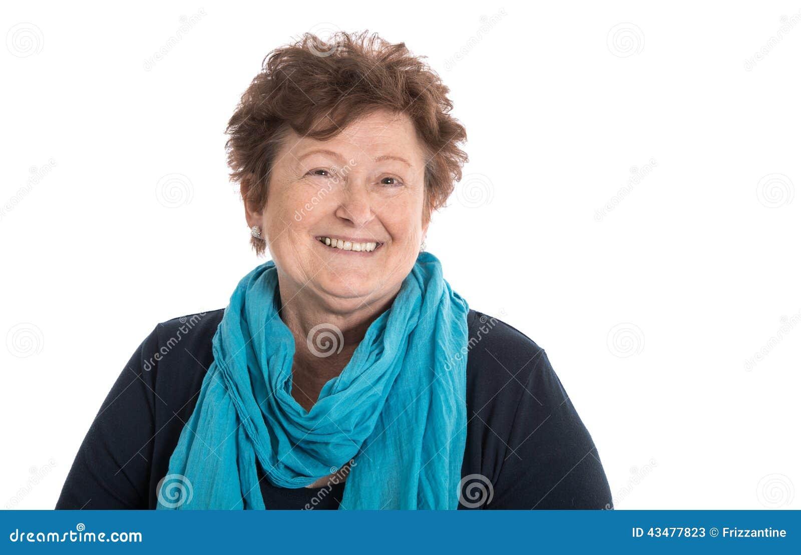 Портрет: Изолированная синь и turquo счастливой женщины пенсионера нося