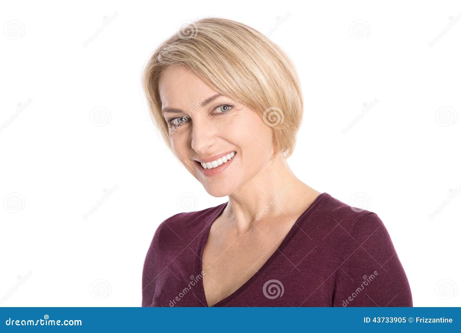 Портрет: изолированная сторона усмехаясь привлекательного более старого белокурого woma