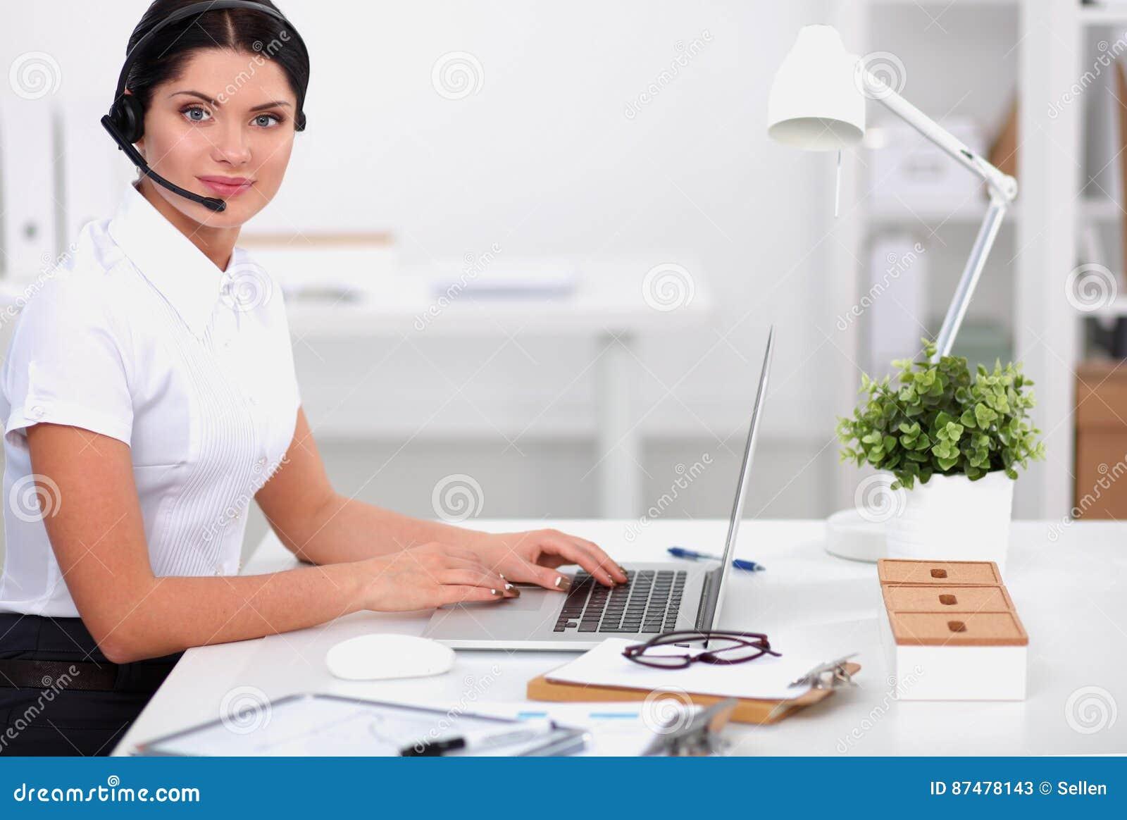Портрет конца-вверх агента обслуживания клиента сидя на офисе