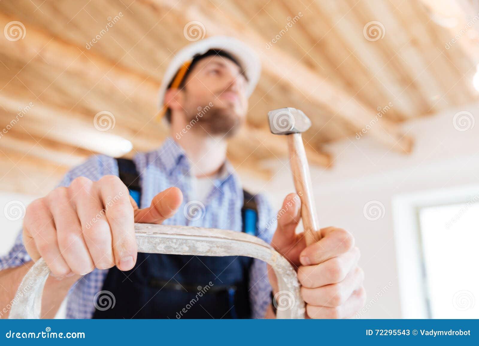 Download Портрет конца-вверх задумчивого работника с молотком Стоковое Изображение - изображение насчитывающей closeup, выдвинуло: 72295543