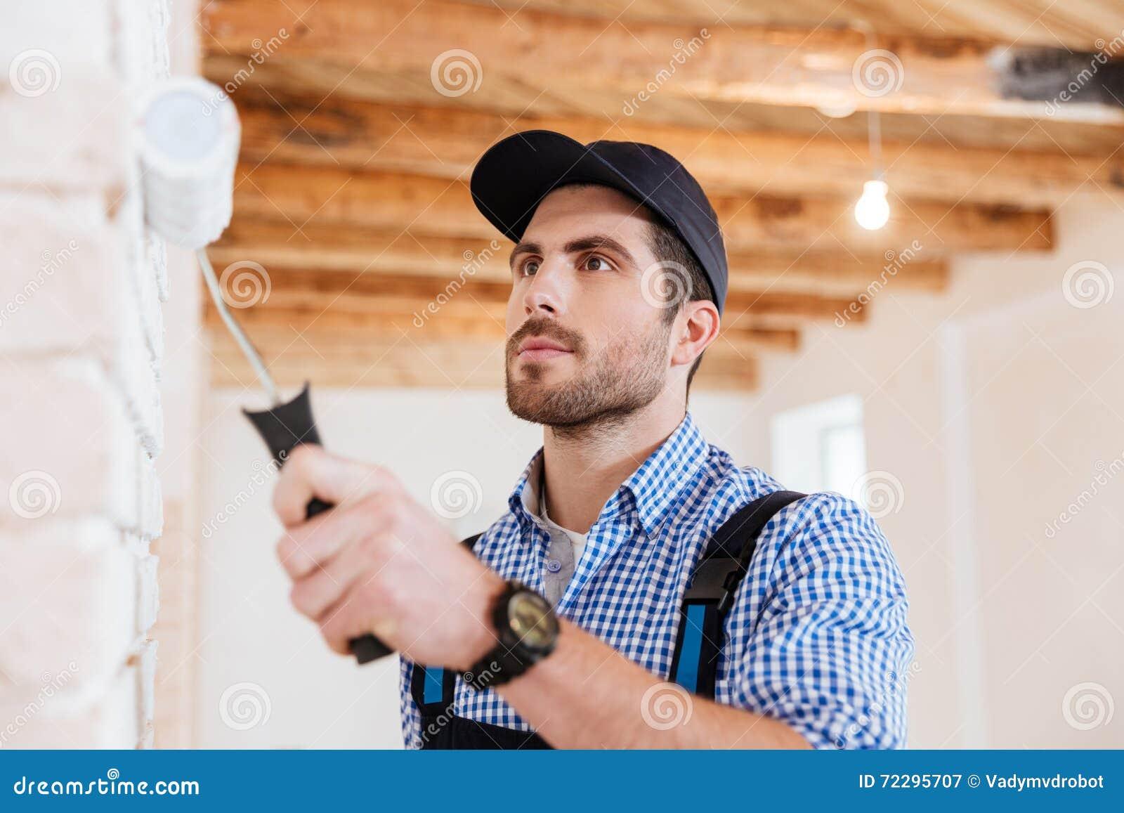 Download Портрет конца-вверх картины работника построителя огораживает внутри помещения Стоковое Изображение - изображение насчитывающей конструктор, актиния: 72295707