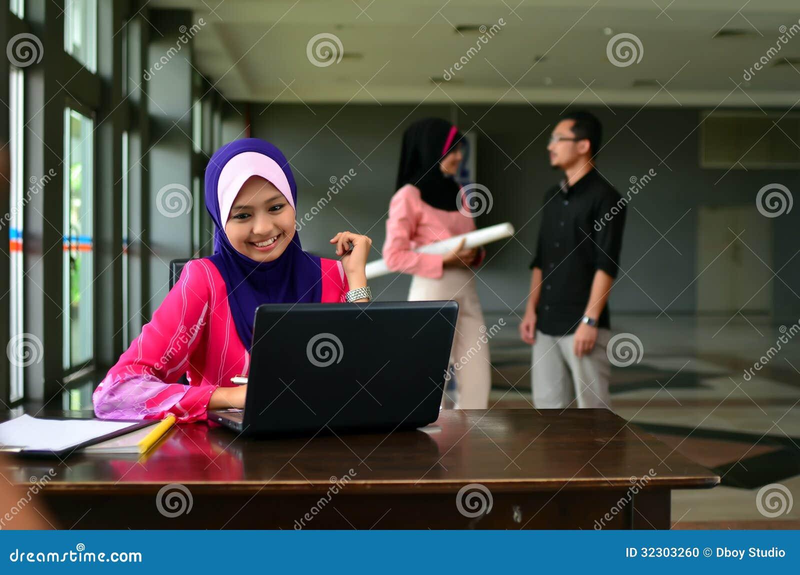 Портрет конца-вверх красивого молодого азиатского студента изучает совместно
