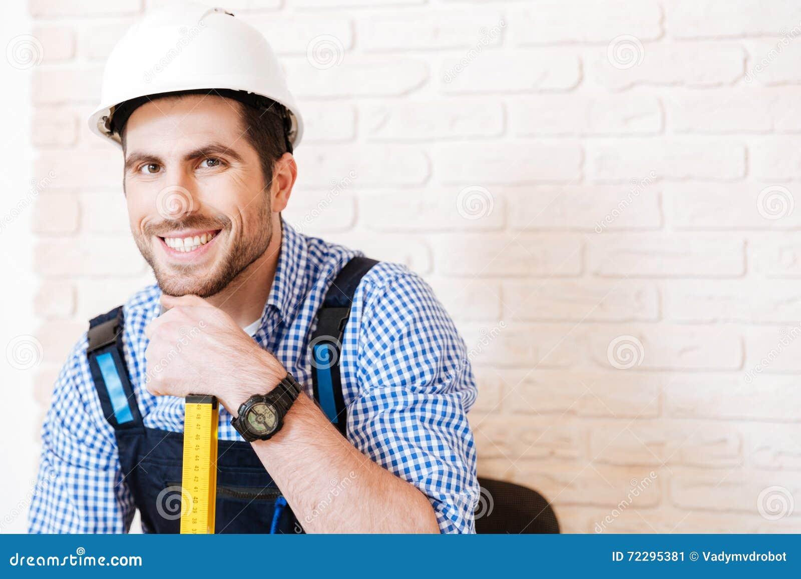 Download Портрет конца-вверх разнорабочего с трудной шляпой Стоковое Изображение - изображение насчитывающей персона, шлем: 72295381