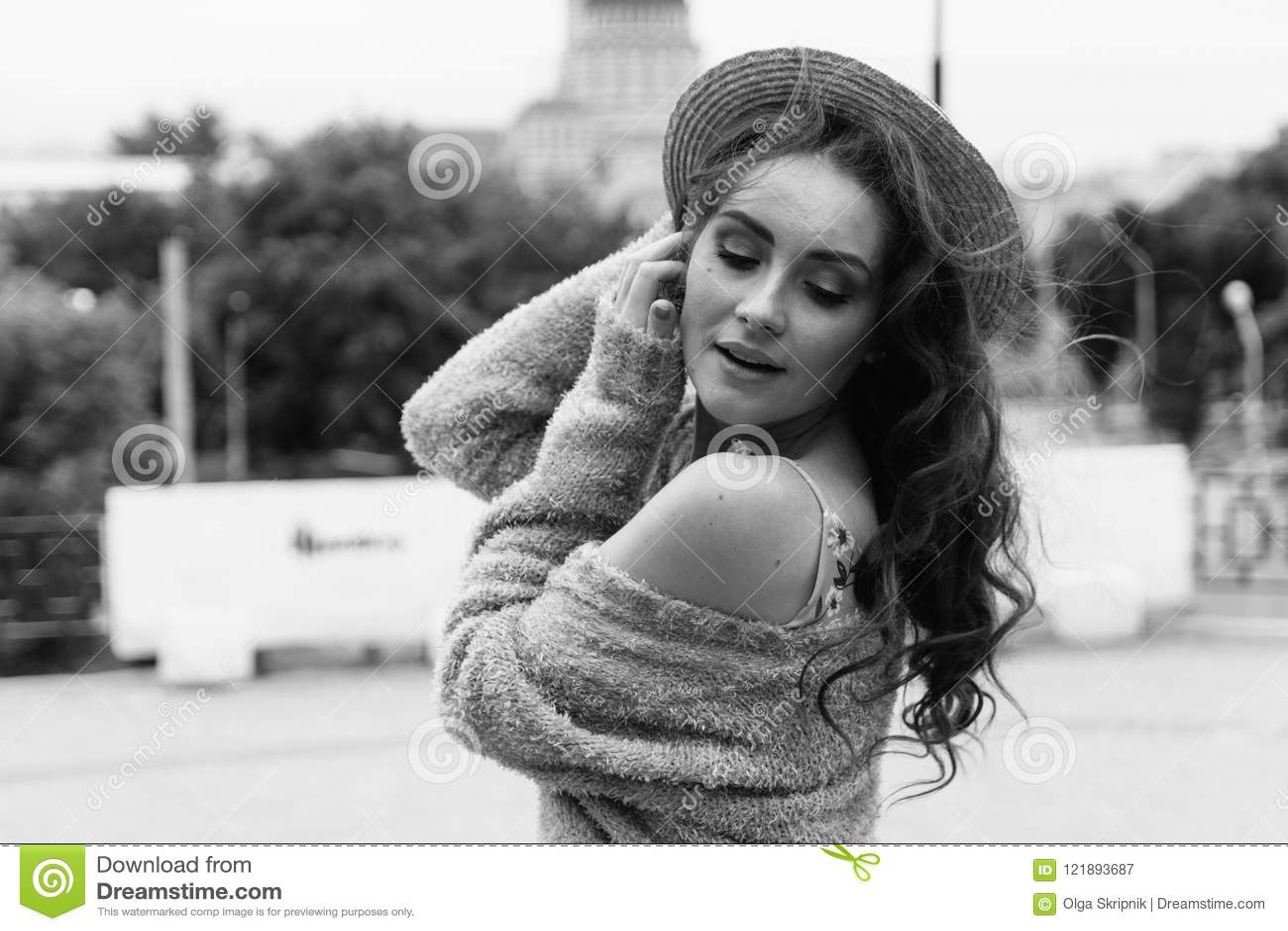 портрет красивая девушка в шляпе, сидит на утилях держит волосы от ветра Прогулка вокруг города портрет рыжеволосого g