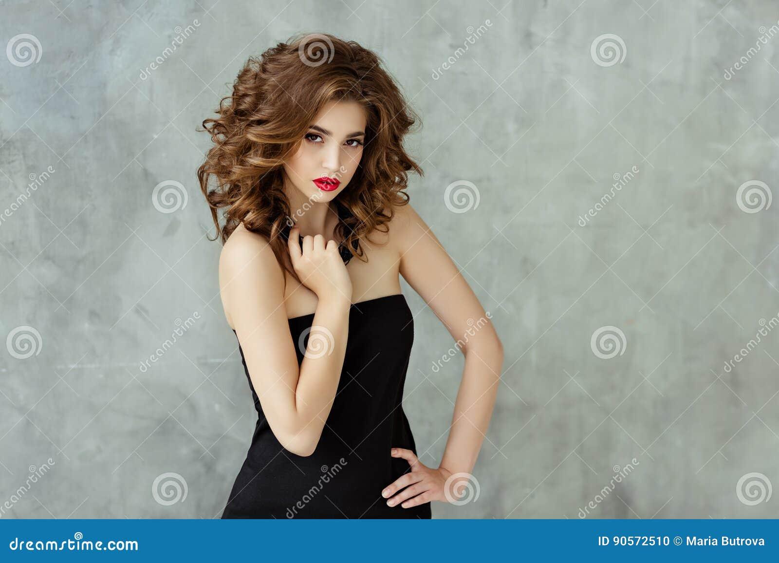 Портрет красивого блестящего брюнет с вьющиеся волосы и b