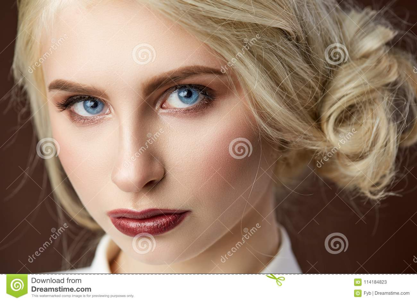 Портрет красивого молодого белокурого фото моды девушки