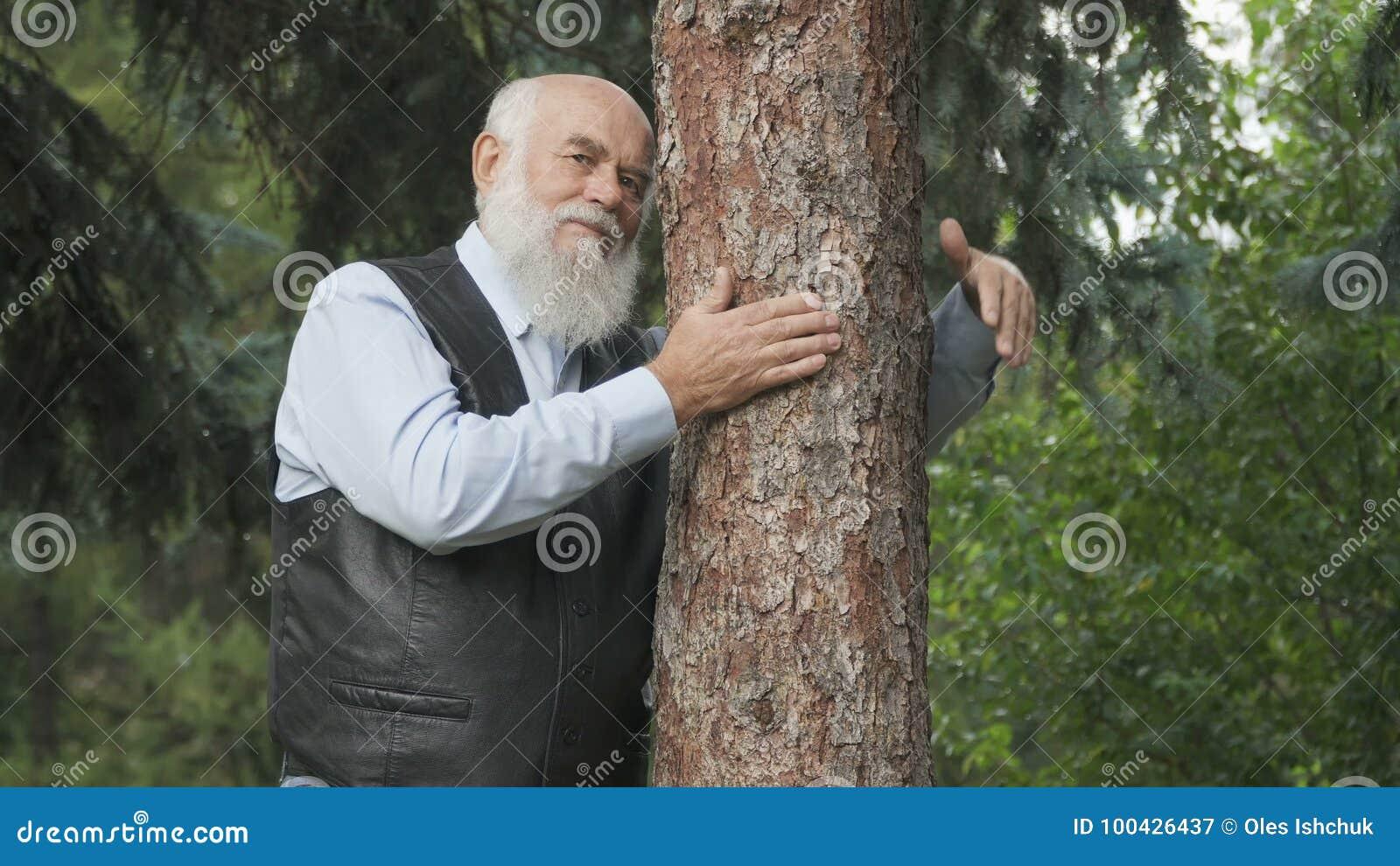 дерево картинка обнимает человек