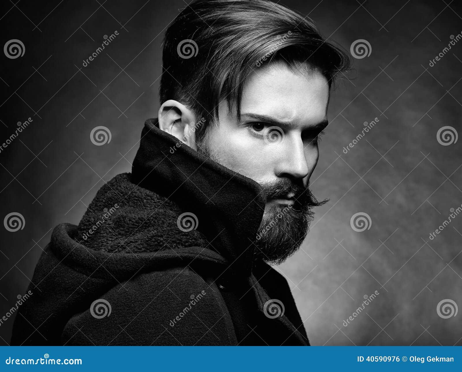 Портрет красивого человека с бородой