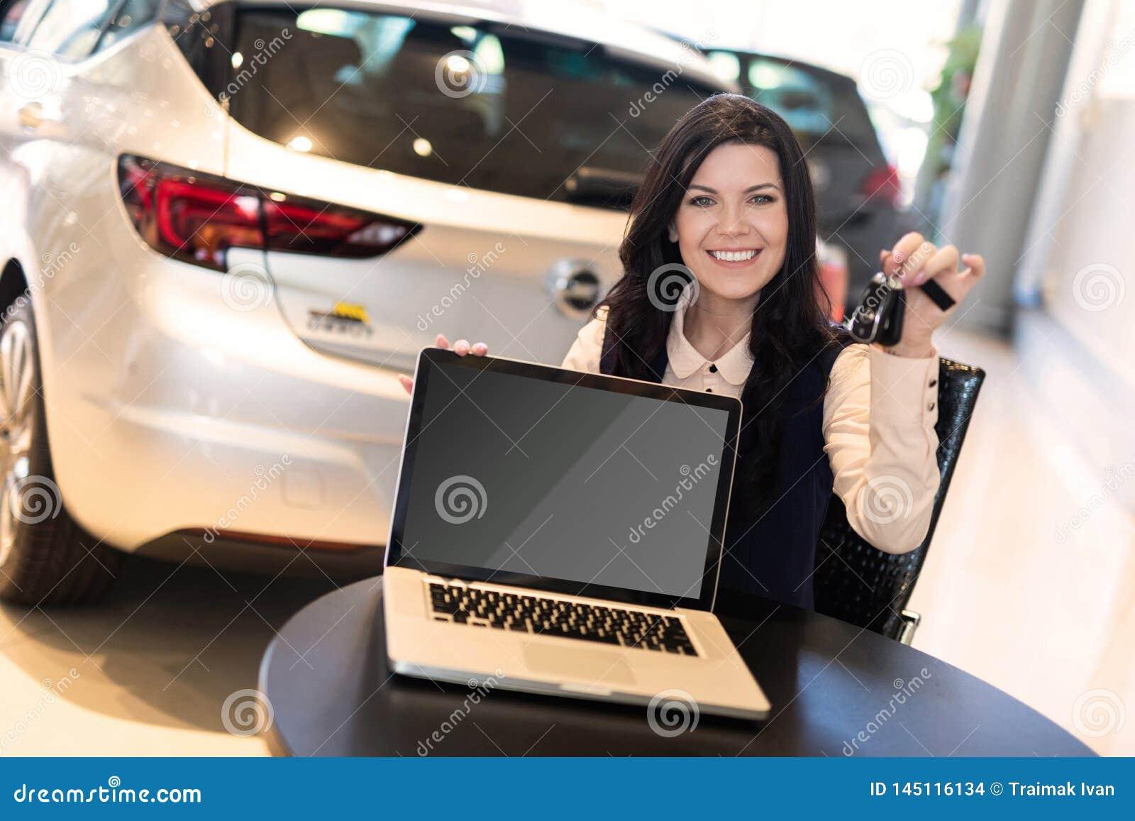 Портрет красивого smilling страхового инспектора сидя около нового автом