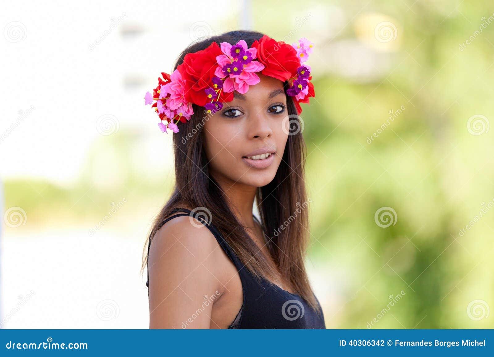 Портрет красивой африканской молодой женщины outdoors