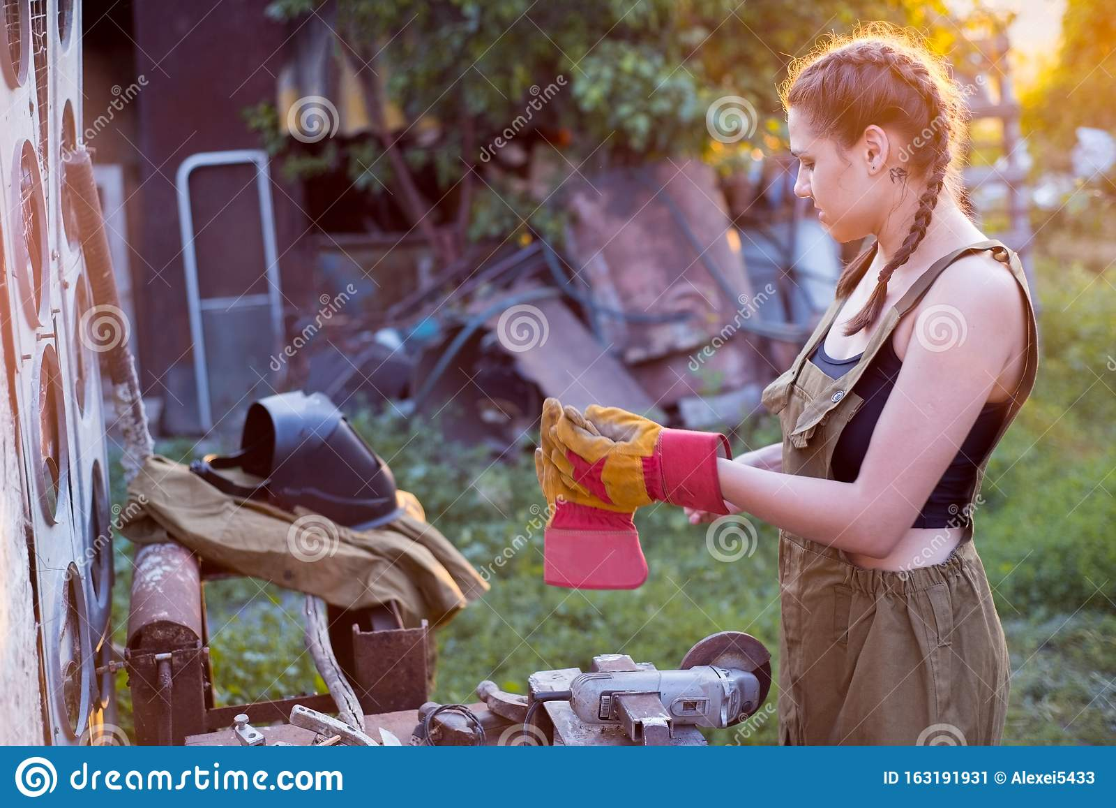 девушка занята работой