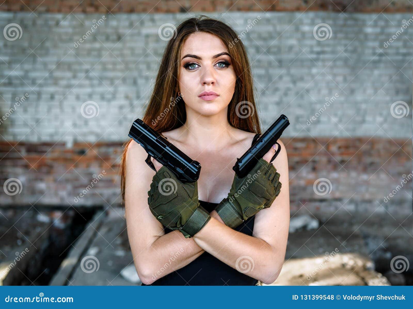 Портрет красивой девушки с 2 оружи