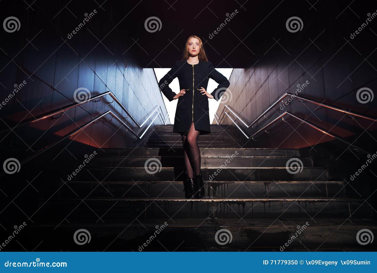 Портрет красивой девушки в темной прихожей