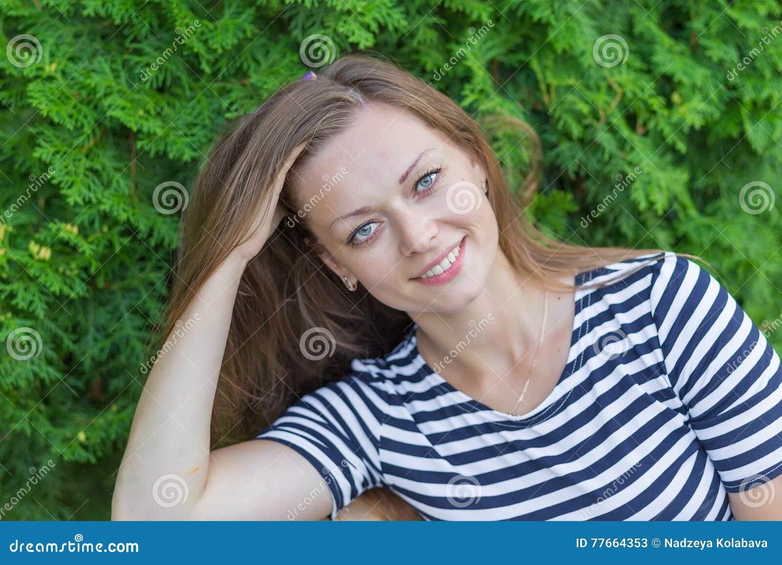 Портрет красивой девушки с длинными светлыми волосами