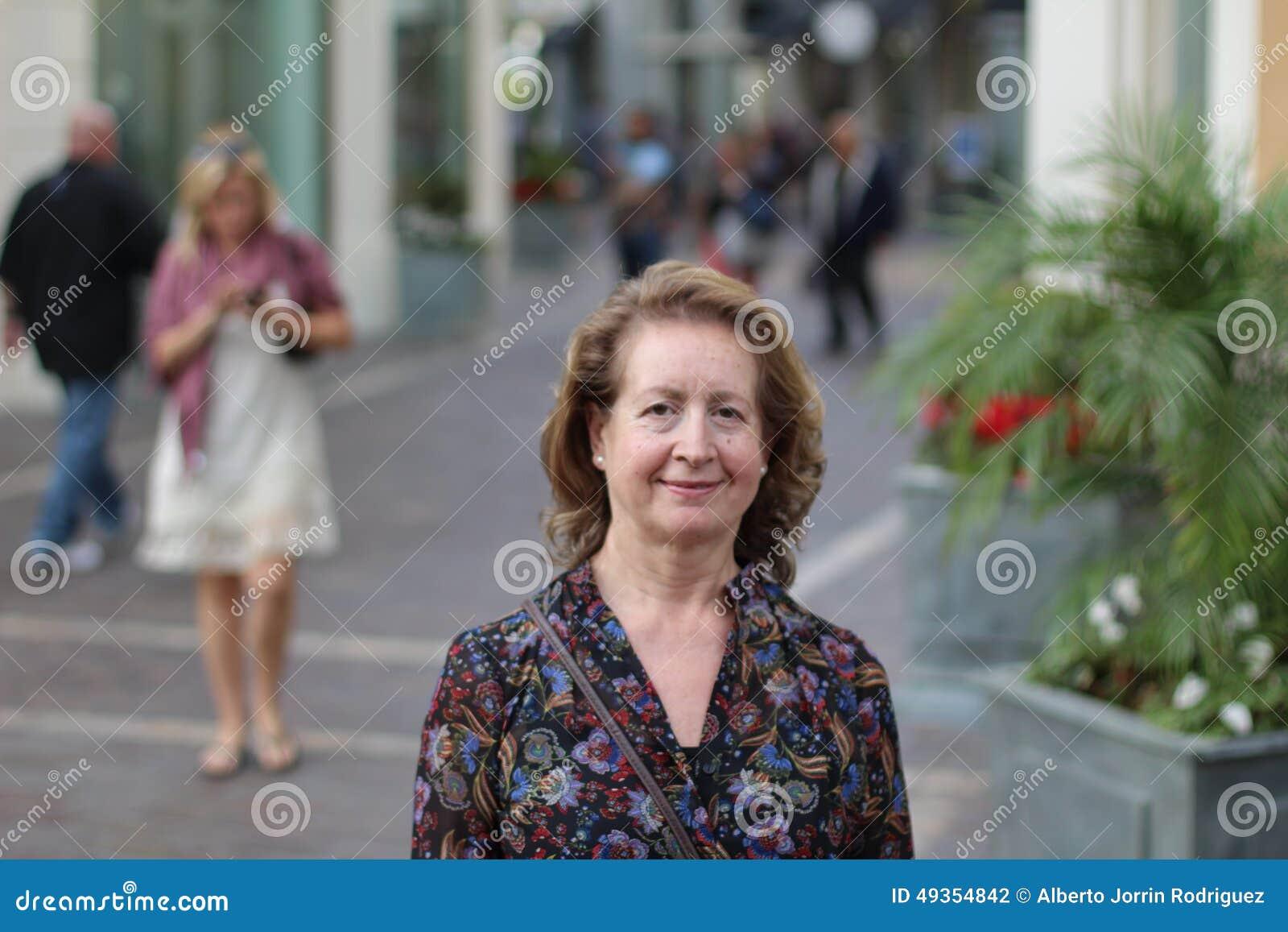 Портрет красивой женщины в ее шестидесятых годах
