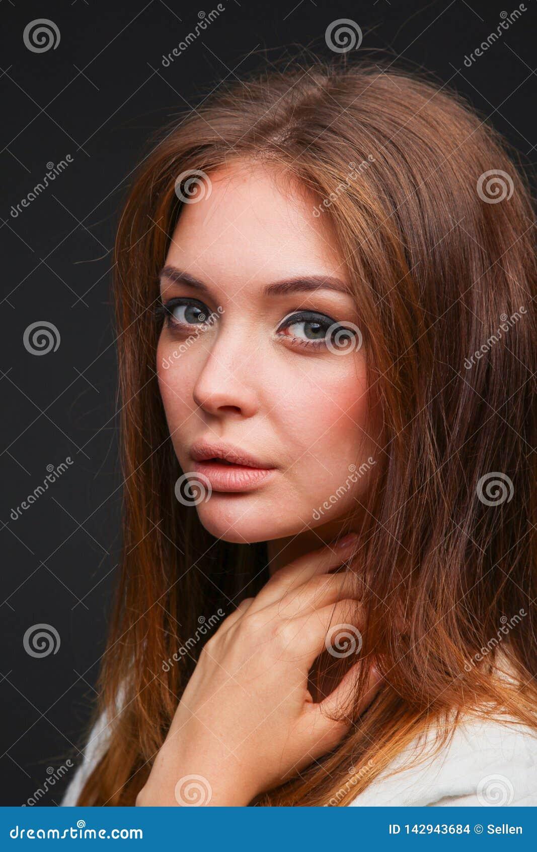 Портрет красивой женщины, изолированный на черной предпосылке красивейшая женщина портрета