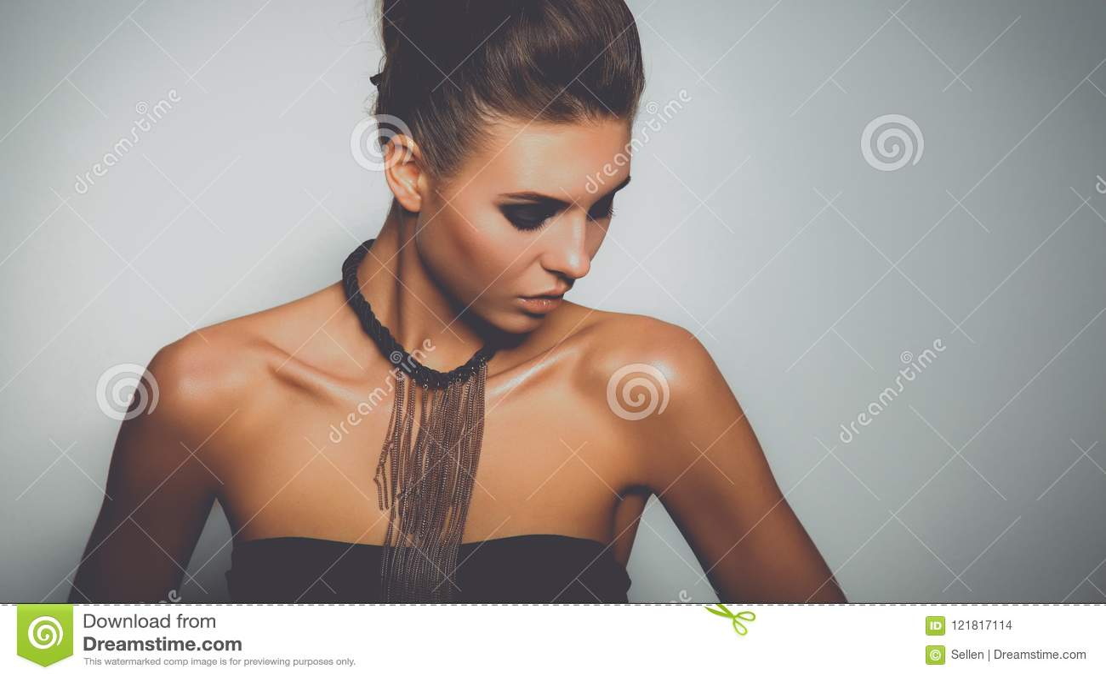 Портрет красивой женщины, на серой предпосылке