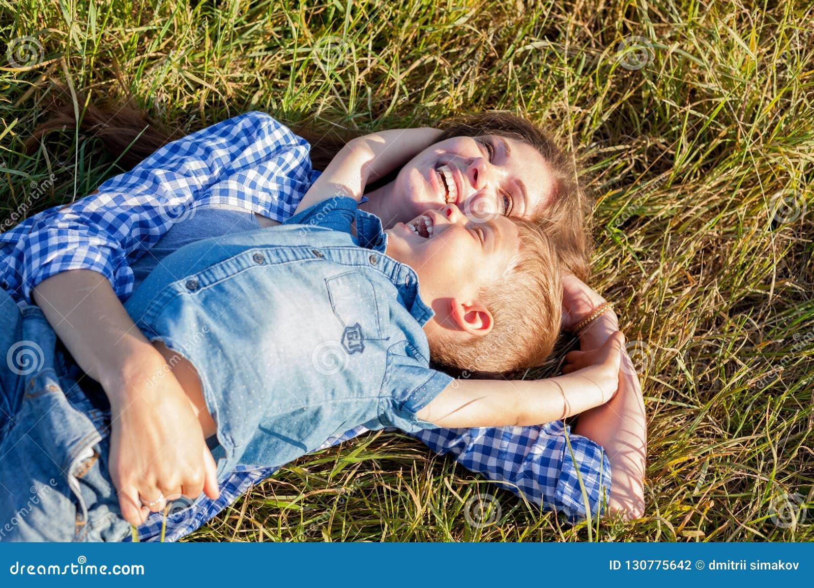 Портрет красивой матери с молодым перемещением outdoors сына