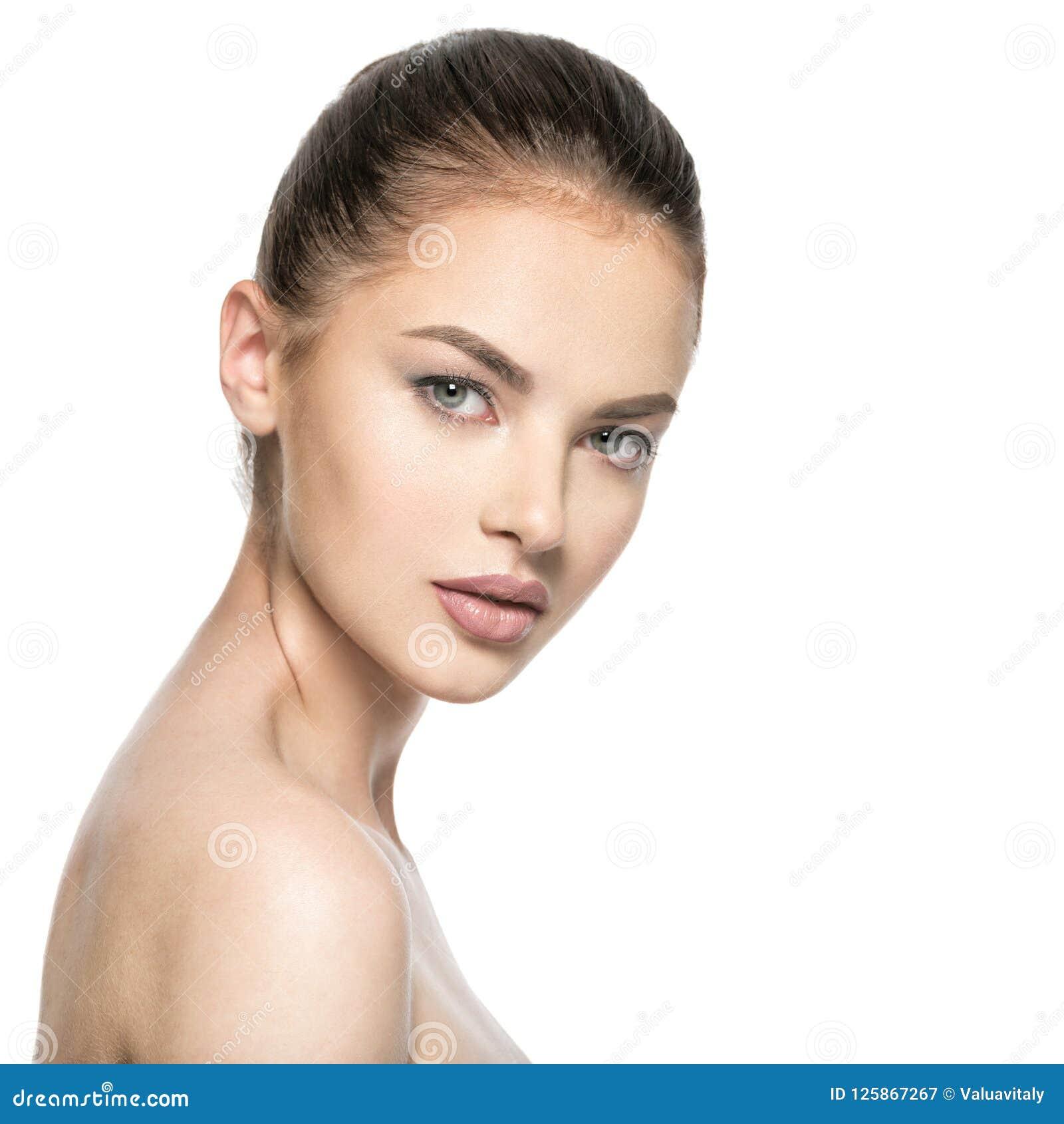 Портрет красивой молодой женщины брюнет с стороной красоты